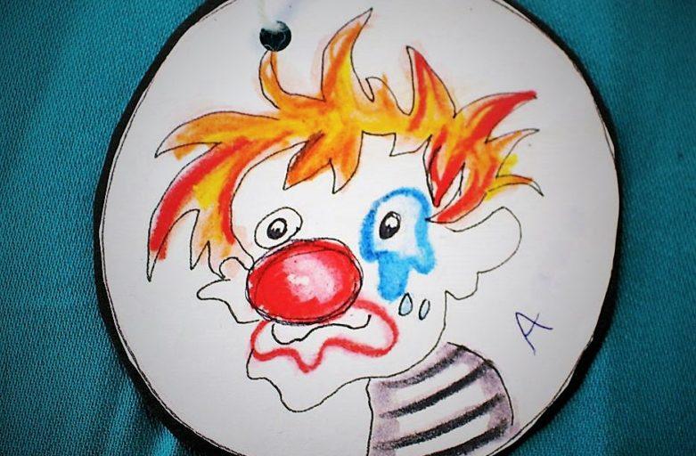 Fullt sirkus med gjøglere og tryllekunstner