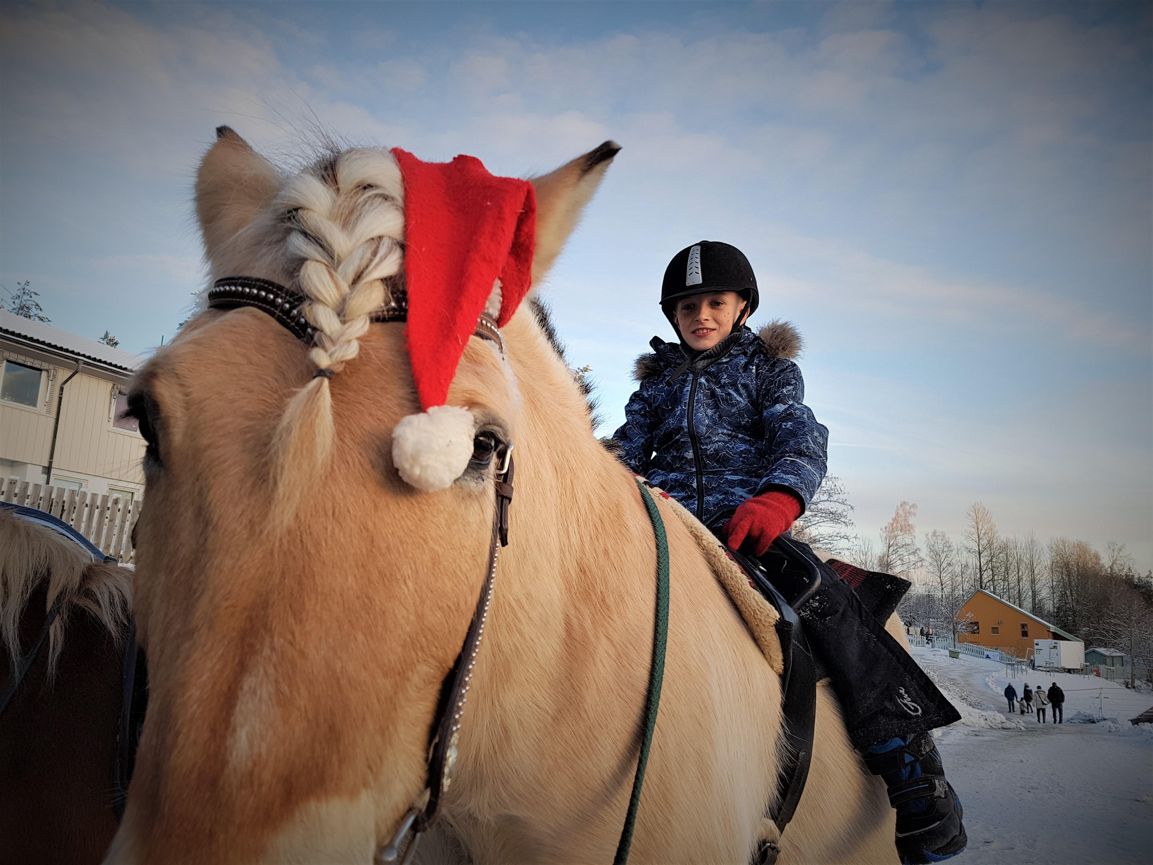 Hesteridning fra julemarkedet på Steinerskolen i Indre Østfold