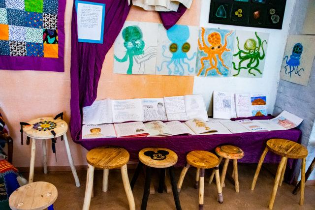 Elevutstilling sløyd og malerier fra julemarkedet på Steinerskolen i Indre Østfold