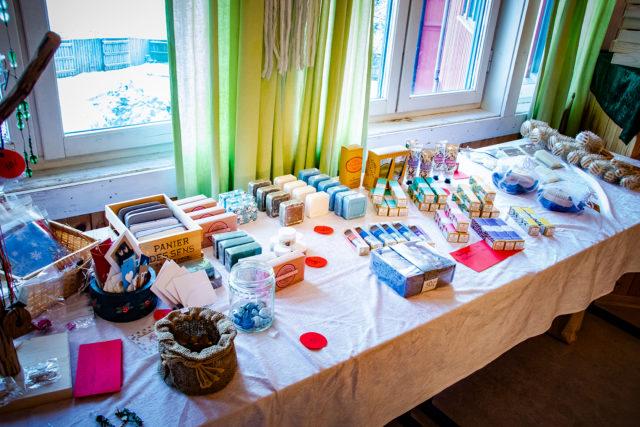 Salgsbord fra julemarkedet på Steinerskolen i Indre Østfold