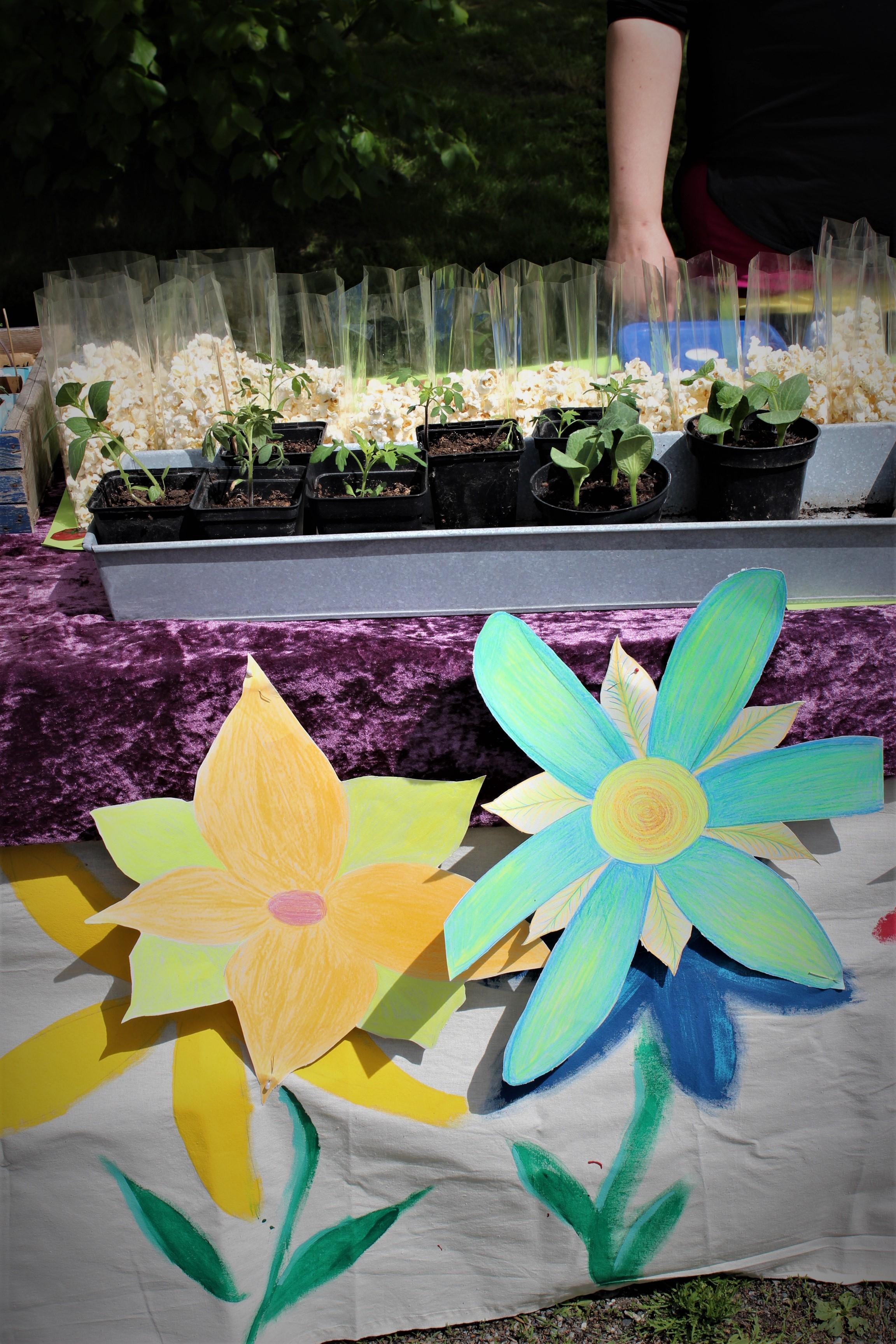Papirblomster pynter opp standen på vårmarkedet til Steinerskolen i Askim