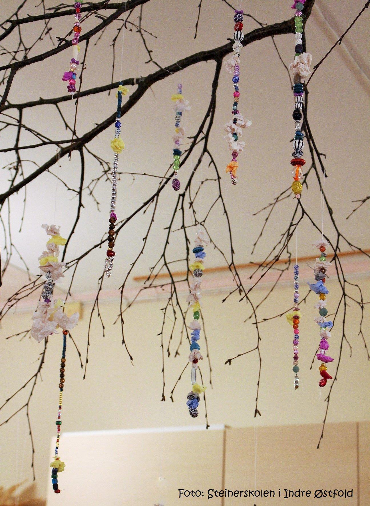 Håndlaget pynt hengende på gren i 1.klasserommet på Steinerskolen