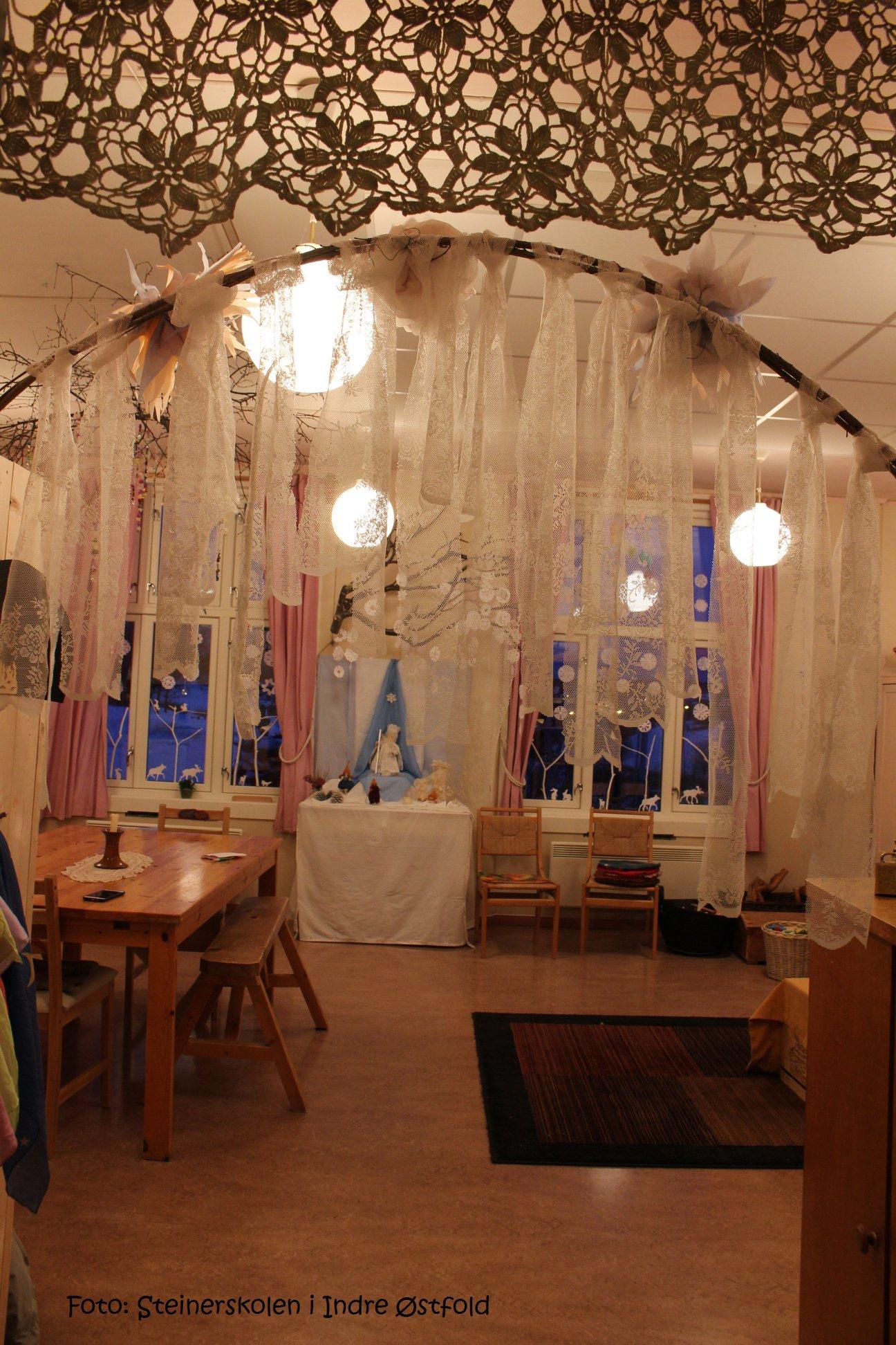 Førsteklasserommet er pyntet på Steinerskolen i Askim