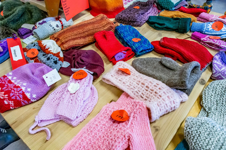 Håndlagde strikkede gaver fra julemarkedet på Steinerskolen i Indre Østfold
