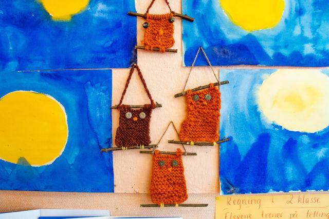 Elevutstilling med malerier og strikkede ugler fra julemarkedet på Steinerskolen i Indre Østfold
