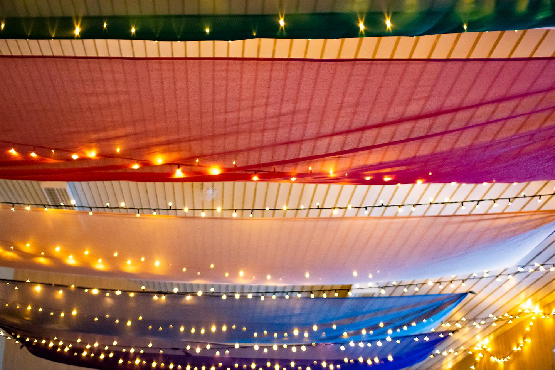 Stemningsbilde med lysslynger og regnbuens farger fra julemarkedet på Steinerskolen i Indre Østfold